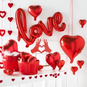 Decoración escaparates San Valentín con globos y corazones