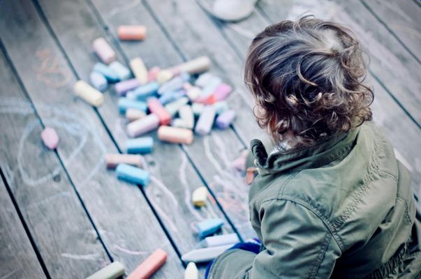 Cómo decorar una tienda de ropa infantil con elementos para jugar