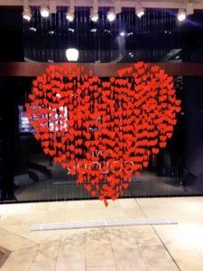 Escaparate de San Valentín con guirnaldas que forman un corazón